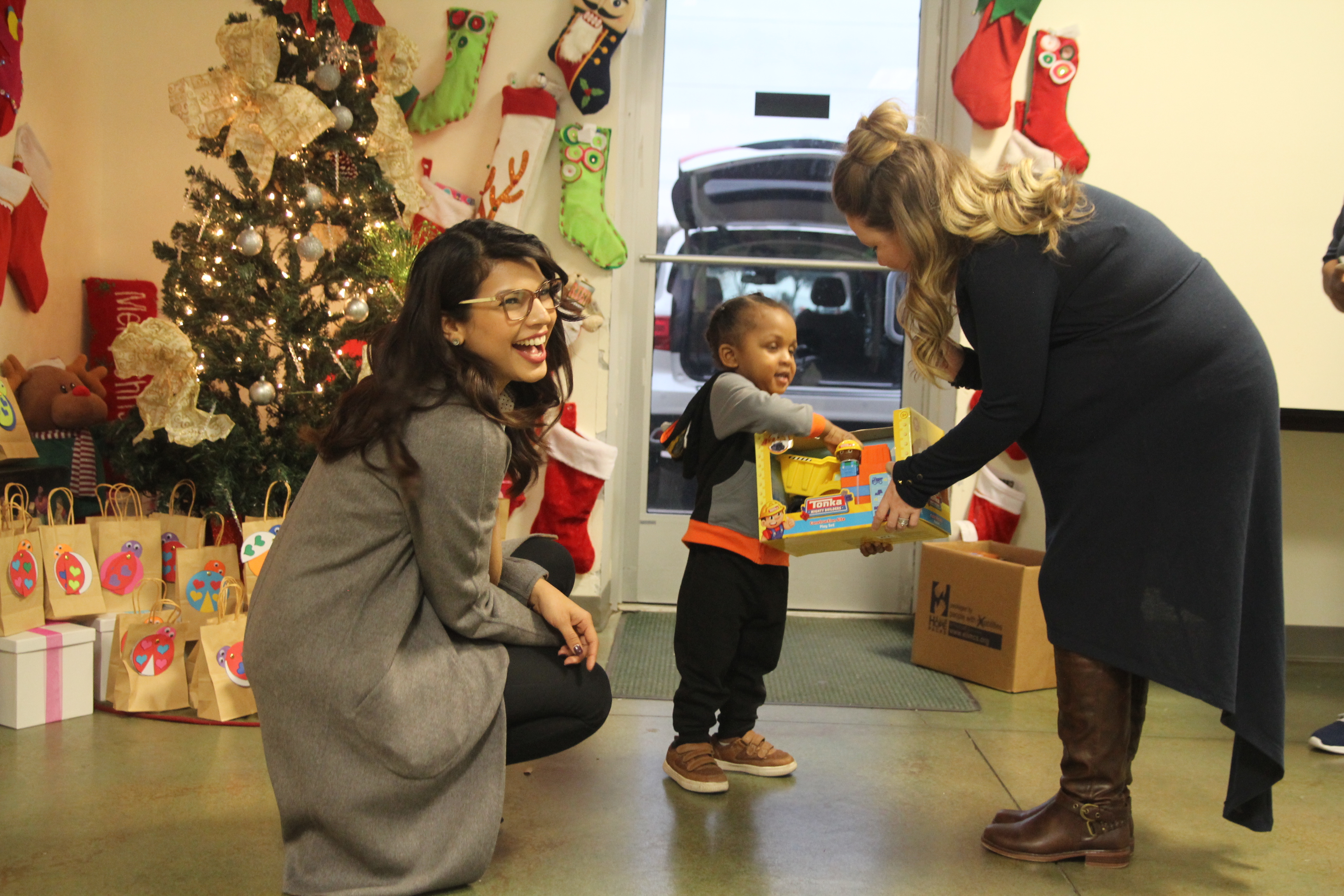 dallas-city-credit-union-2018-toy-drive-child-receives-toy
